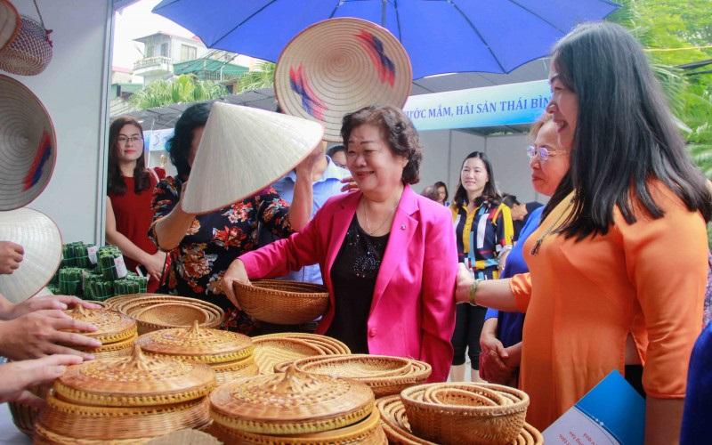 Phiên chợ Xanh - 25 năm cùng phụ nữ phát triển kinh tế